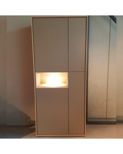 Kyara hoge kast met open vak en verlichting showroom